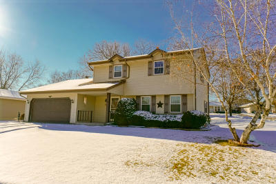 Waukesha Single Family Home For Sale: 1302 Cherrywood Dr