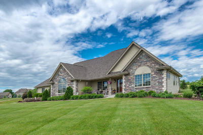 Oconomowoc Single Family Home Active Contingent With Offer: W337n8288 Prairie Hollow Dr