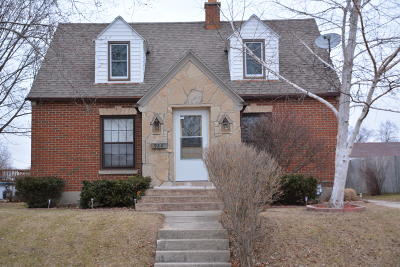 West Bend Single Family Home Active Contingent With Offer: 922 Linden St