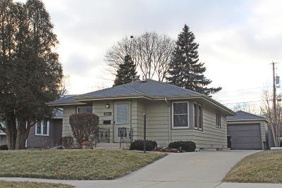 Racine Single Family Home For Sale: 2210 Cleveland Ave