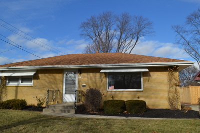 Milwaukee Single Family Home For Sale: 7910 W Hope Cir