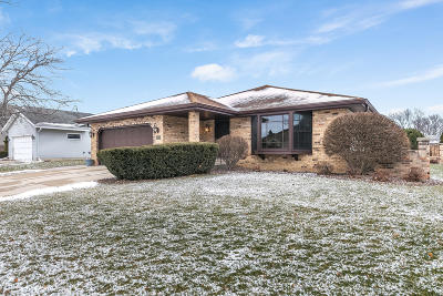 Kenosha Single Family Home Active Contingent With Offer: 8109 64th Ave