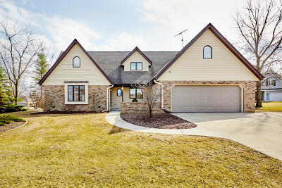 Hartford Single Family Home Active Contingent With Offer: 831 Oak Ridge Cir
