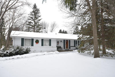 Mequon Single Family Home For Sale: 11535 N Meadowbrook Dr