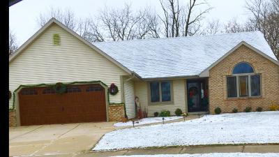 Waukesha Single Family Home For Sale: 2600 Keri Ct
