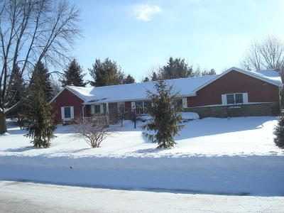 West Bend Single Family Home For Sale: 3395 Overlook Ct