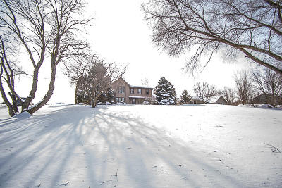 Mukwonago Single Family Home Active Contingent With Offer: S67w29375 Valley Woods Pass