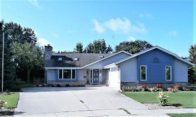 Oconomowoc Single Family Home For Sale: 651 Seville Ct