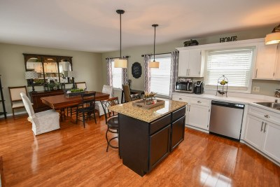 Waukesha County Single Family Home For Sale: 690 Thackeray Trl