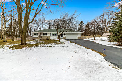 Waukesha Single Family Home Active Contingent With Offer: 905 Plateau Ln
