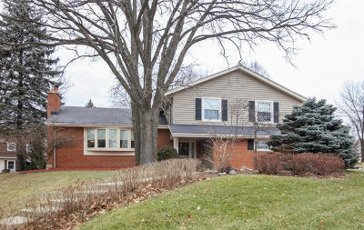 Waukesha Single Family Home For Sale: 1017 Sweetbriar Dr