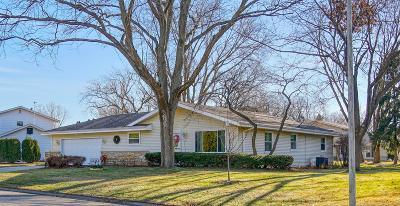 Oconomowoc Single Family Home Active Contingent With Offer: 729 Skylark Dr