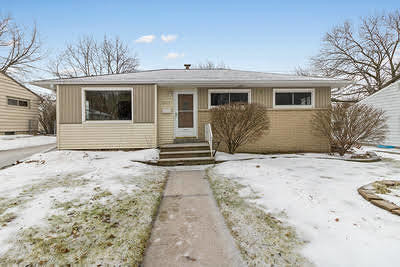 Waukesha County Single Family Home For Sale: 1607 Birch Dr