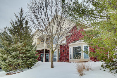 Pewaukee Condo/Townhouse Active Contingent With Offer: 571 Grandview Ct #D