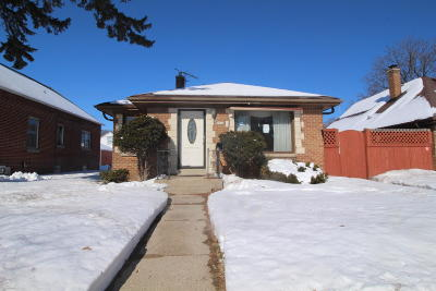 Milwaukee Single Family Home For Sale: 2420 W Hampton Ave