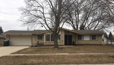 Oak Creek WI Single Family Home For Sale: $249,900