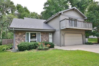 Waukesha Single Family Home For Sale: 2607 Wellington Ct