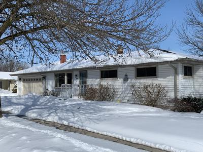 Sheboygan Single Family Home Active Contingent With Offer: 1706 Knoll Crest Dr
