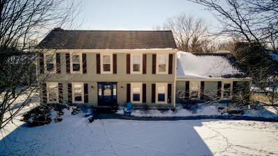 Waukesha Single Family Home For Sale: 1435 Stonefield Ct