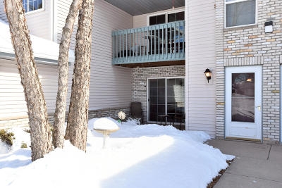Waukesha Condo/Townhouse Active Contingent With Offer: 1035 Guthrie Rd #2