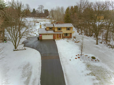 Waukesha County Single Family Home For Sale: N47w27010 Greenhill Dr