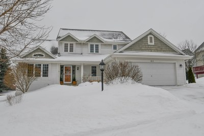 Waukesha County Single Family Home For Sale: 2717 Fox Hill Dr