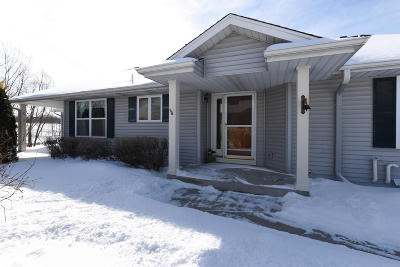 Waukesha Condo/Townhouse Active Contingent With Offer: 2207 Patrick Ln