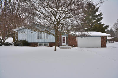 Waukesha County Single Family Home For Sale: S47w22422 Lawnsdale Ct