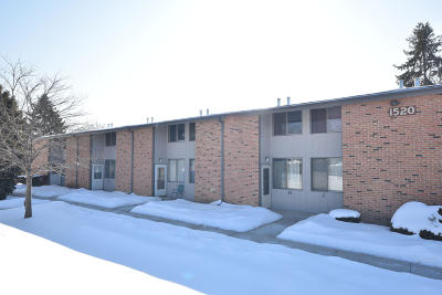 Waukesha Condo/Townhouse Active Contingent With Offer: 1520 Big Bend Rd #D