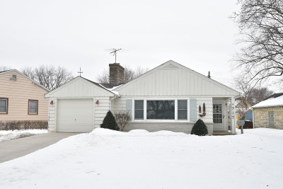 Waukesha Single Family Home Active Contingent With Offer: 717 N Cumberland Dr