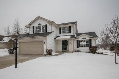 Waukesha Single Family Home Active Contingent With Offer: 2324 Kestrel Ln
