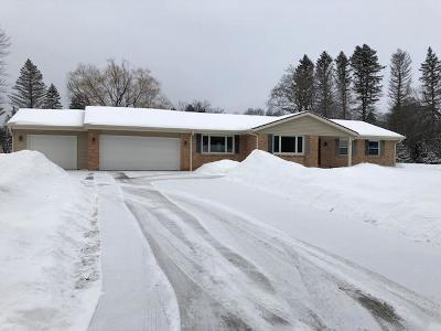 Mequon Single Family Home For Sale: 5011 W Hiawatha #Dr