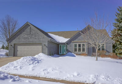 Oconomowoc Single Family Home Active Contingent With Offer: 940 Bartlett Dr