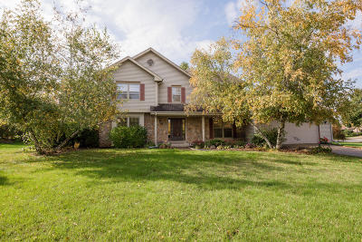 Waukesha Single Family Home Active Contingent With Offer: 2705 Chatsworth Cir