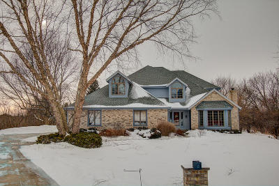 Hartland Single Family Home Active Contingent With Offer: N49w28695 Chardon Dr