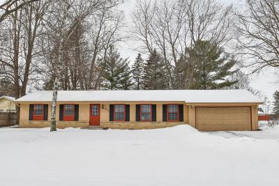 Oconomowoc Single Family Home Active Contingent With Offer: 875 Wildwood Pl