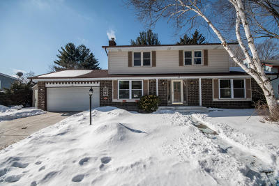Waukesha Single Family Home Active Contingent With Offer: 818 Minaka Dr