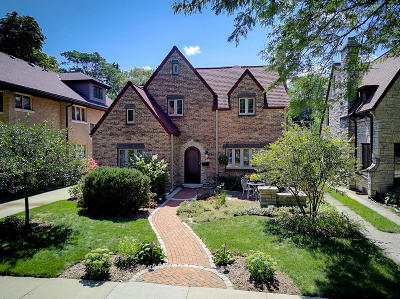Milwaukee County Single Family Home Active Contingent With Offer: 1013 E Lexington Blvd
