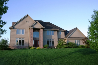 Mequon Single Family Home Active Contingent With Offer: 8031 W Knightsbridge Dr