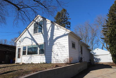 Delafield Single Family Home Active Contingent With Offer: 2021 W Shore Dr
