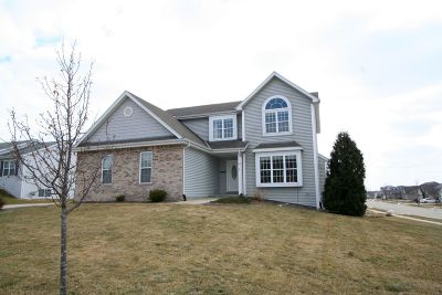 Oconomowoc Single Family Home Active Contingent With Offer: 833 Goldenview Ct