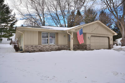 Waukesha Single Family Home Active Contingent With Offer: 131 Debbie Ct