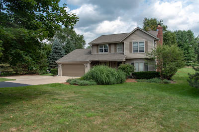 Waukesha Single Family Home For Sale: W298s5730 Cliffside Ct