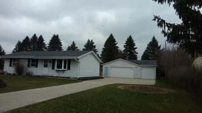 West Bend Single Family Home For Sale: 1718 Mapledale Rd