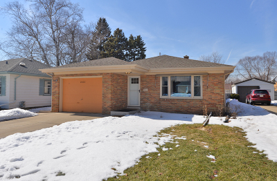 Racine Single Family Home Active Contingent With Offer: 2822 Ruby Ave