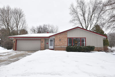 Grafton Single Family Home Active Contingent With Offer: 121 W Highland Dr