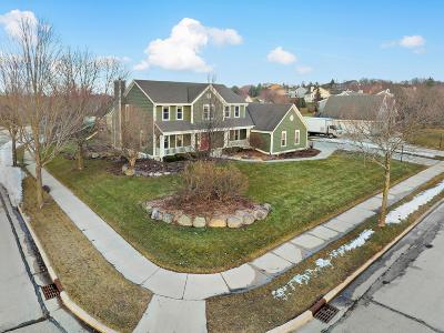 Waukesha Single Family Home Active Contingent With Offer: 1614 Legend Hill Ln