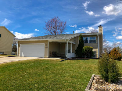 Hartland Single Family Home Active Contingent With Offer: 1025 Wellington Way