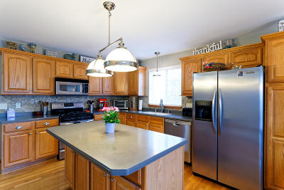 Waukesha Single Family Home For Sale: 1616 Hunter Rd
