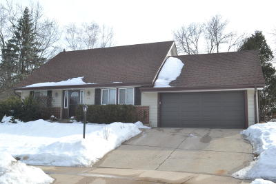 Waukesha Single Family Home For Sale: 2701 Sussex Ln
